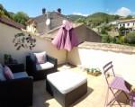 Charmante maison de village vendue meublée avec 100 m² habitables, garage et 2 terrasses.