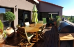 Superbe remise rénovée avec 300 m² habitables, garage et terrasse au cœur du village.