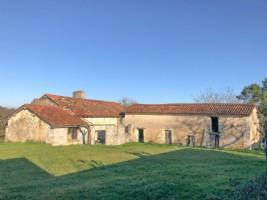 Fermette avec potentiel, dépendances, hangar, élements d'origine, cheminée, ancien évier en pierre