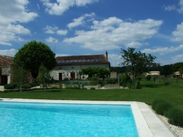 Proche Aubeterre. Maison de campagne avec gite et piscine. 6HA+