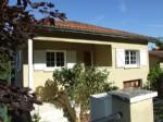 Près du centre de Chalais 16, maison rénovée sur terrain clos.