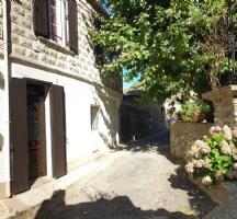 Très jolie maison de village de 85 m² habitables en état impeccable et avec terrasse.