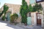 Magnifique maison rénovée avec 4 chambres sur 1062 m² avec remise à rénover et piscine.