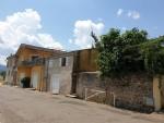 Maison de ville et gîte avec 3 garages, jardin de 280 m² et terrasse avec vues sur la rivière.