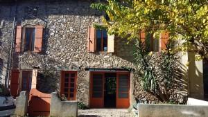 Maison en pierres à rénover avec cour et jardin, près du centre ville et de la rivière.