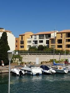 Appartement partiellement meublé dans résidence privée avec piscine à 400 m de la plage.