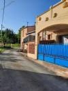 Maison de village super confortable avec 90 m² habitables, garage, cour et terrasse avec vues.