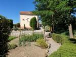 Chambres d'hôtes bien établi de 260 m² habitables sur 1140 m² avec terrasse/cour et piscine.