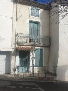 Jolie maison de village de caractère à moderniser avec grenier et petite terrasse.