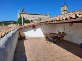 Charmante maison de village en très bon état et terrasse tropézienne avec vues panoramiques.