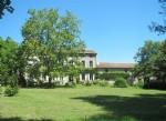 Domaine offrant Maison de Maitre et gîtes sis sur 3,3 hectares de parc avec piscine.