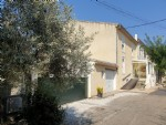 Maison vigneronne rénovée avec 125 m² habitables, grenier aménageable, vues, garages et jardin.