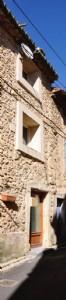 Charmante maison en pierres, entièrement rénovée, avec cuisine, salon et chambre.