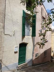Jolie maison de village de caractère et rénovée avec 3 chambres au centre de la cité médiévale.