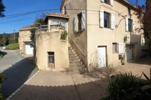 Jolie maison de village en très bon état avec petite terrasse, vues et jardin non attenant.