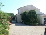 Jolie villa 4 faces de 125 m² habitables sur 1074 m² de terrain et beau jardin.
