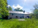 Maison, grand terrain, un garage et un accès privé, cette propriété n'attend que vous.