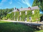 Maison individuelle en pierre de quatre chambres avec jardin.