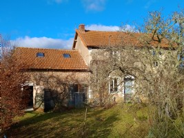 Jolie maison avec dépendances dans hameau calme