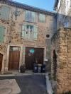 Maison de village à moderniser de 65 m² habitables avec terrasse tropézienne, garage et cour.