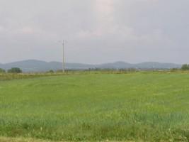 Terrain de loisirs plat de 10.000 m² à 500 m d'un village tous commerces.