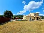 Agréable villa avec 3 chambres sur 624 m² de terrain avec garage, piscine et vues !