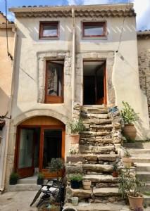 Charmante maison de village entièrement rénovée dans un village recherché.