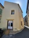 Maison de village à rafraîchir avec 100 m² habitables, grenier aménageable et terrasse de toit.