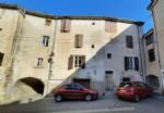 Grande maison de village divisée en 2 appartements de 60 m² et 120 m² avec terrasses.