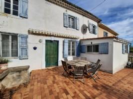 Charmante maison de village à rénover de 95 m² habitables, terrasse avec vues, cour et garage.