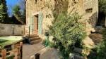 Atypique maison en pierres à rénover partiellement, avec 90 m² habitables, terrasses et vues.