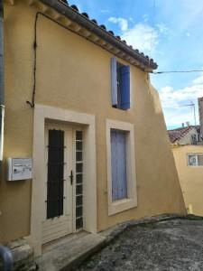 Agréable maison de village à rafraîchir avec 2/3 chambres, terrasse, cave et parking.