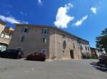 Grande maison de village de 350 m² habitables rénovée en 4 appartements plus garage et cour.