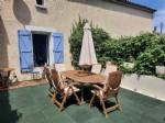 Maison vigneronne de 250 m² habitables avec cour, jacuzzi et terrasse privée très ensoleillée.