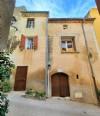 Maison de village de caractère rénovée de 80 m² habitables, au cœur historique du village.