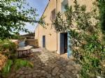 Charmante maison de village, ancienne boulangerie, de 90 m² habitables dont 3 chambres et cour.