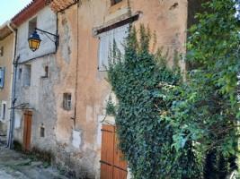 Maison de village à rénover de 160 m² habitables avec caves et terrain non attenant de 817 m².