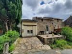 Deux maisons de village en pierres avec terrasses, annexes, jardin commun avec piscine et vues.