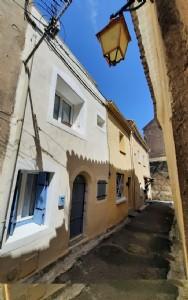 Charmante maison de village rénovée avec terrasse et vendue entièrement meublée.