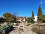 Villa de plain pied de 92 m² habitables sur 1368 m² avec piscine et garage indépendant.