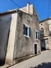 Charmante maison de village avec 50 m² habitables, 2 caves et terrasse avec jolies vues.