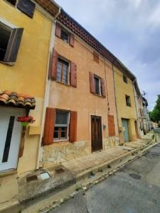 Maison de village à rénover de 70 m² habitables au coeur du centre ville dans une ruelle calme.