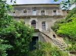 Propriété vigneronne à rénover offrant maison bourgeoise avec annexes, cour et jardin !