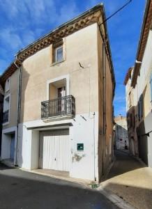 Maison de village rénovée de 53 m² habitables avec 2 chambres et garage aménageable.