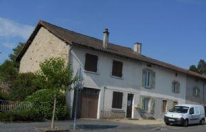 Maison de bourg (130m²), mitoyenne une coté, à proximité toutes commodités.